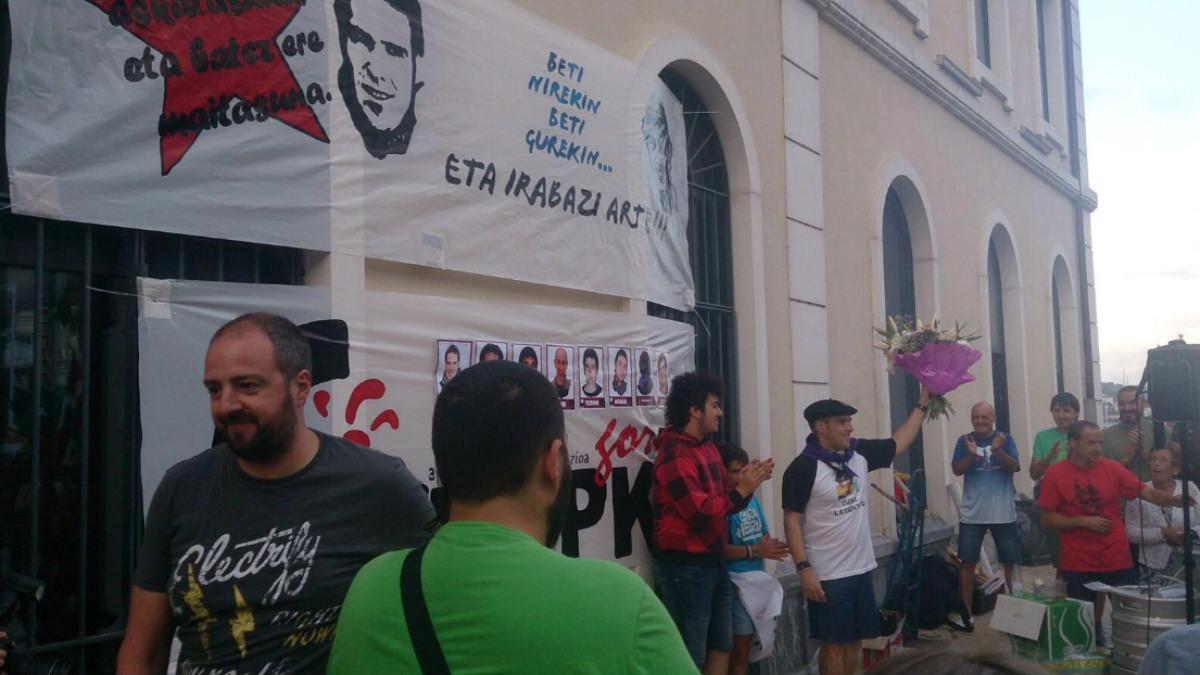 El etarra Kepa Zubizarreta saluda a los asistentes a su homenaje, en Santurce.