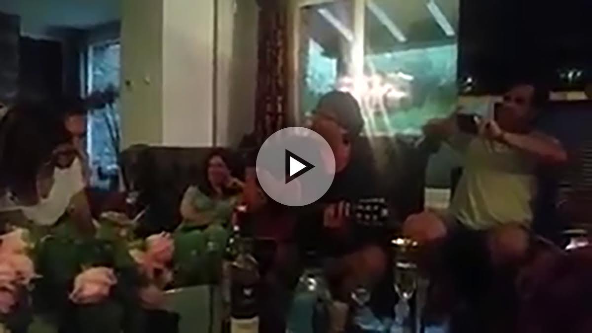 Puigdemont a la guitarra en fiesta de Rahola (Foto: Twitter)
