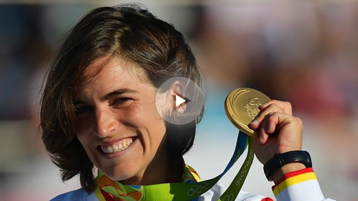 Maialen Chourraut posa con su medalla de oro en los Juegos Olímpicos. (AFP)
