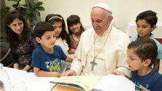 El Papa Francisco, con los niños refugiados sirios que sacó de Lesbos, en la residencia Santa Marta. (Reuters)