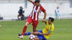 Carrasco intenta superar la entrada de un rival durante el encuentro ante el Cádiz en el Carranza. (EFE)