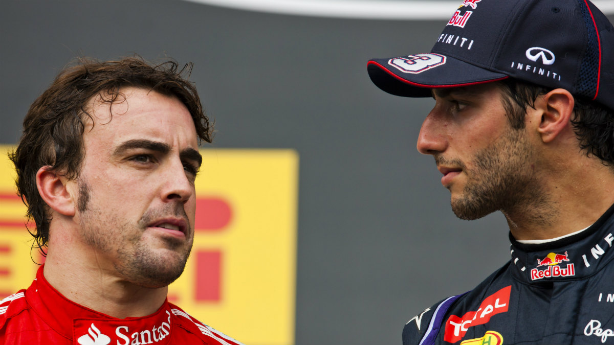 Fernando Alonso, en su etapa de Ferrari, junto a Daniel Ricciardo. (Getty)