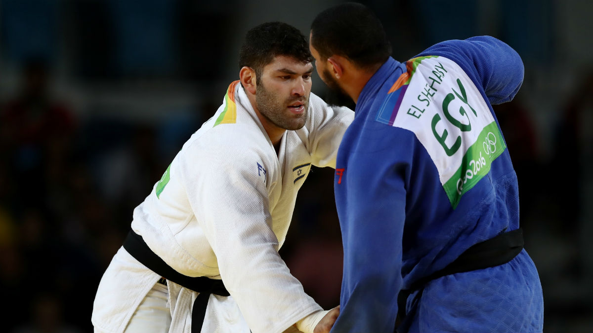 Islam El Shehaby niega la mano a su rival israelí.