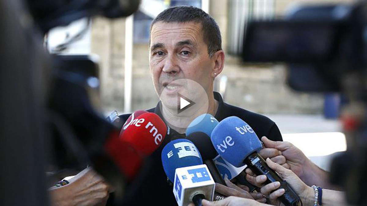 Arnaldo Otegi hace declaraciones a lo s medios esté sábado (Foto: Efe)