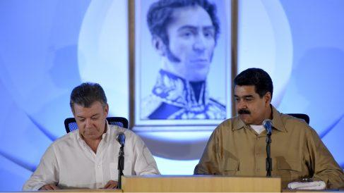 Juan Manuel Santos y Nicolás Maduro, en Puerto Ordaz, Venezuela. (AFP)