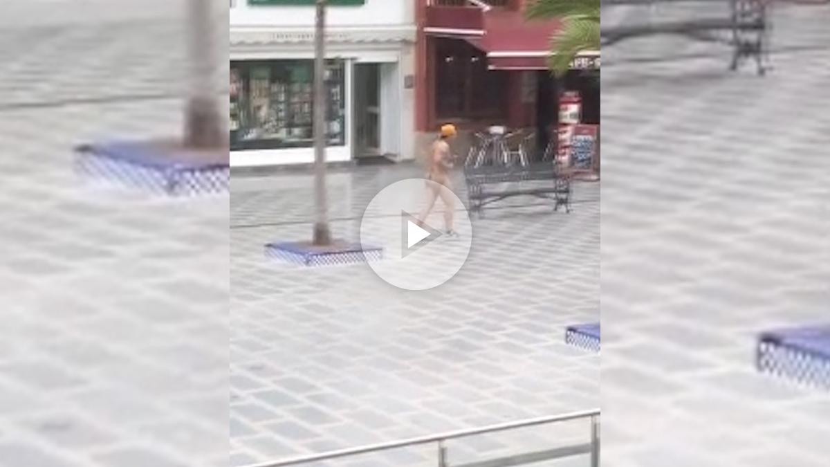 Un hombre corre desnudo por Torremolinos
