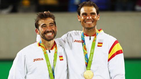 Rafael Nadal y Marc López sonríen tras llevarse el oro en dobles (Getty)