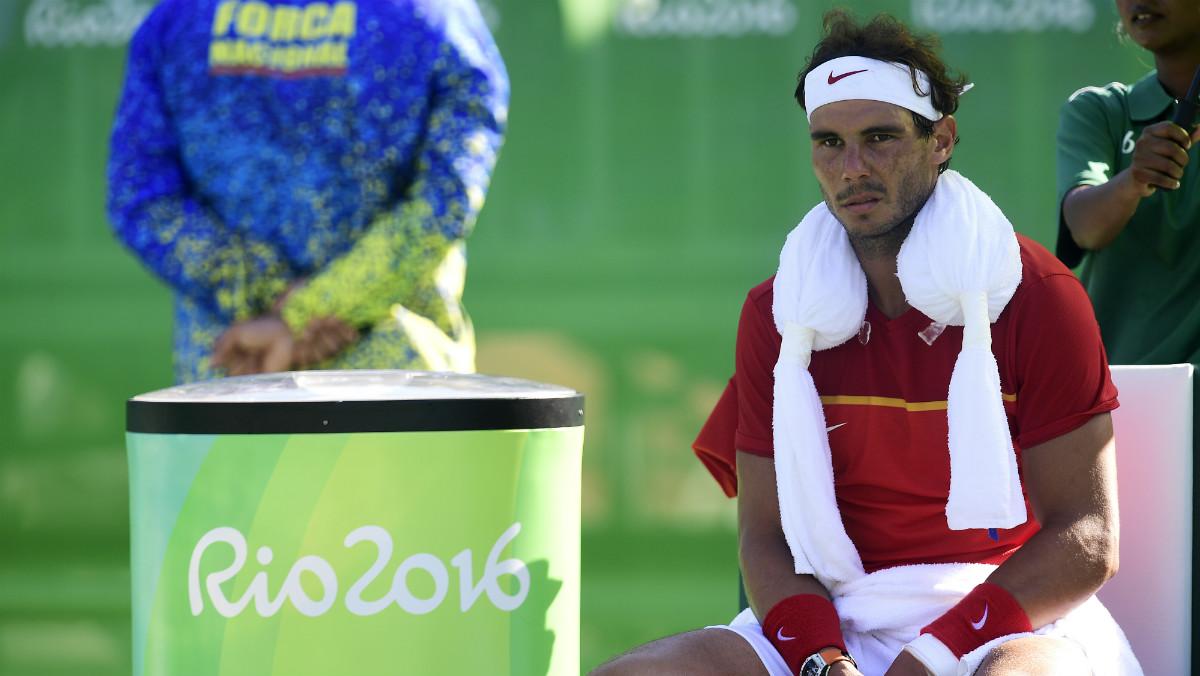 Rafa Nadal, con un tremendo enfado en el banquillo. (AFP)