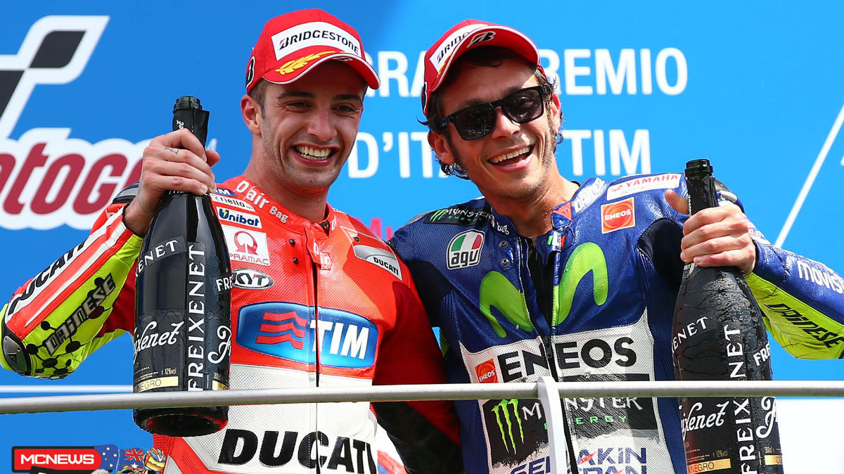 Iannone celebra con Rossi el triunfo. (AFP)