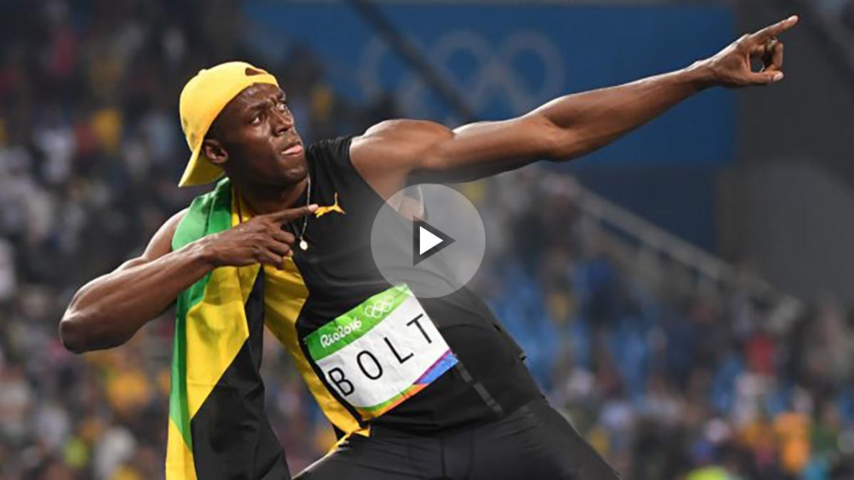 Usain Bolt celebra a lo grande su triple corona en los 100 metros, algo que nadie ha logrado en la historia. (AFP)