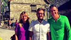 Pedro Sánchez y su mujer con el alcalde socialista de Bagergue, Marc Tarrau. (Foto: @Tarrauet)