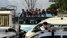 Nepalíes montados en un autobús urbano en una imagen de archivo. (Foto: AFP)