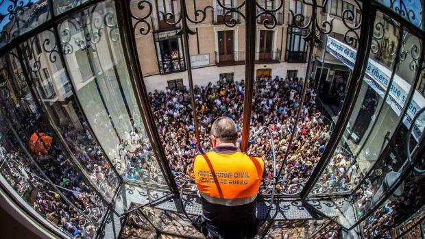 Héroe anónimo de protección civil rociando con agua a los asistentes al concierto (Foto: Sonorama Ribera).