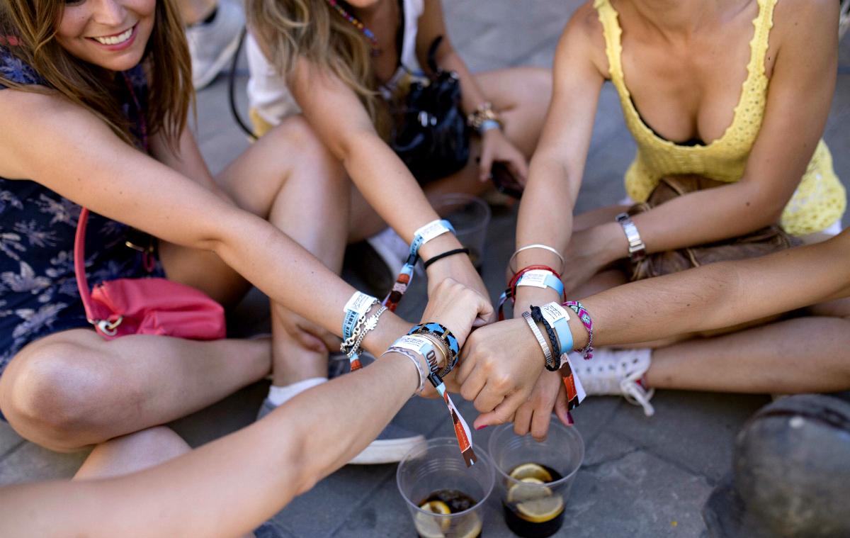 Varias jóvenes muestran sus pulseras del festival (Foto: Sonorama Ribera).