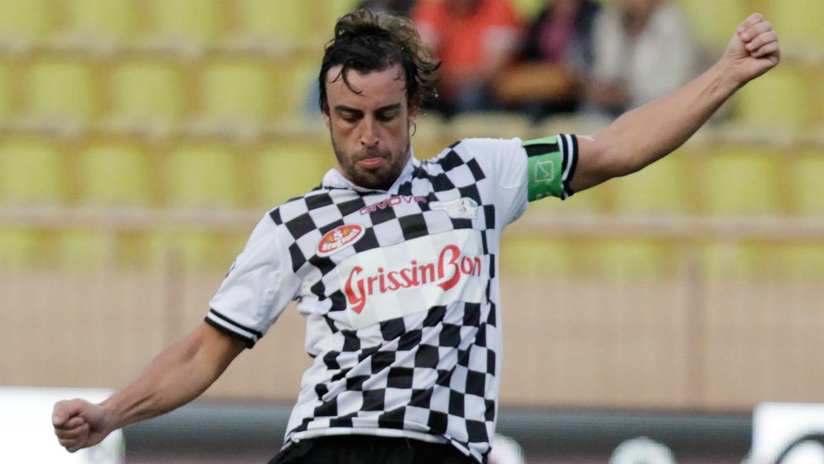 Fernando Alonso, en un partido de fútbol. (AFP)