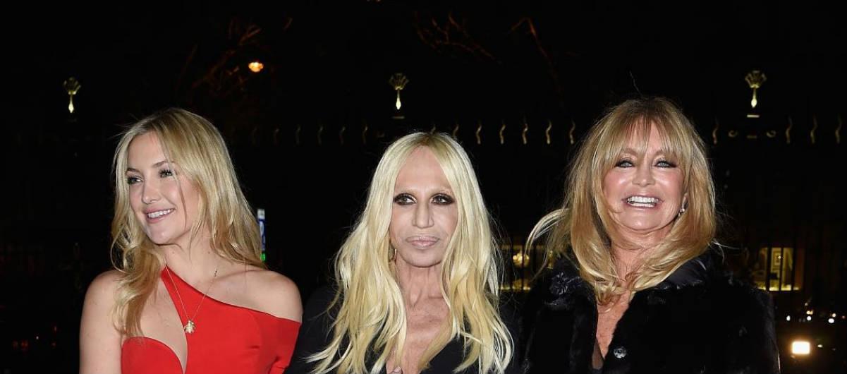 Donatella Versace , Goldie Hawn y su hija Kate Hudson (Getty)