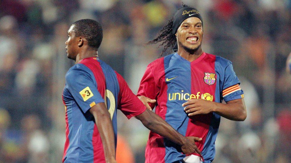 Ronaldinho y Eto'o, en su etapa en el Barcelona. (Getty)