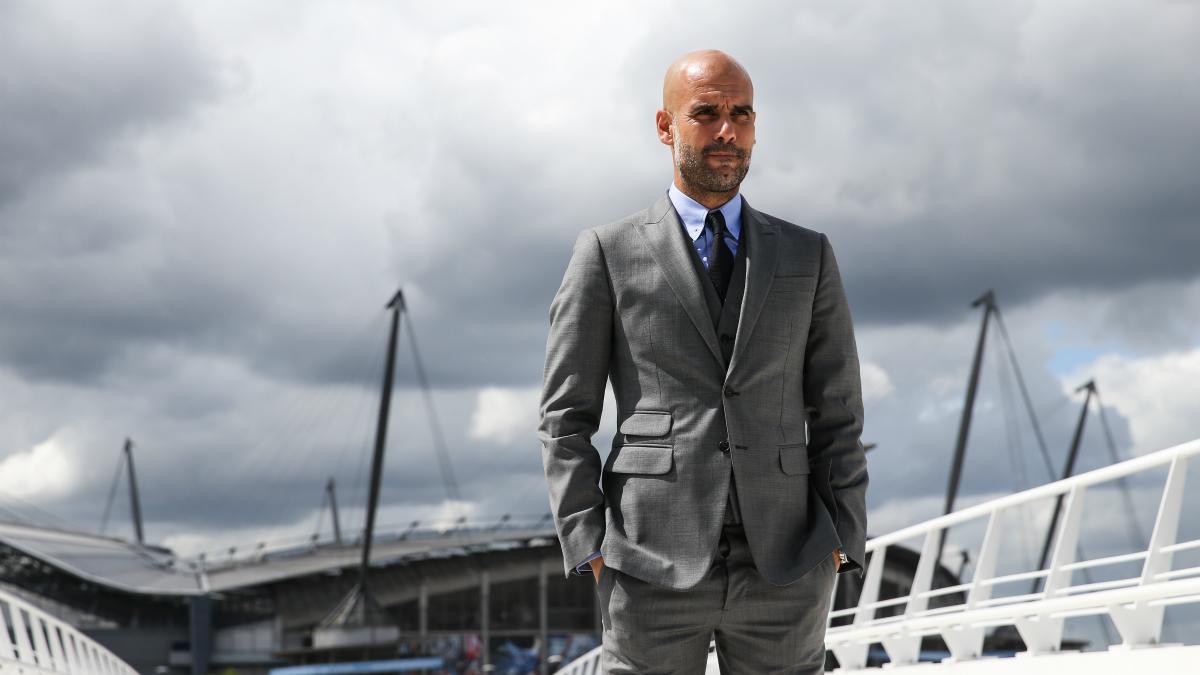 Pep Guardiola posa como entrenador del Manchester City. (Getty)