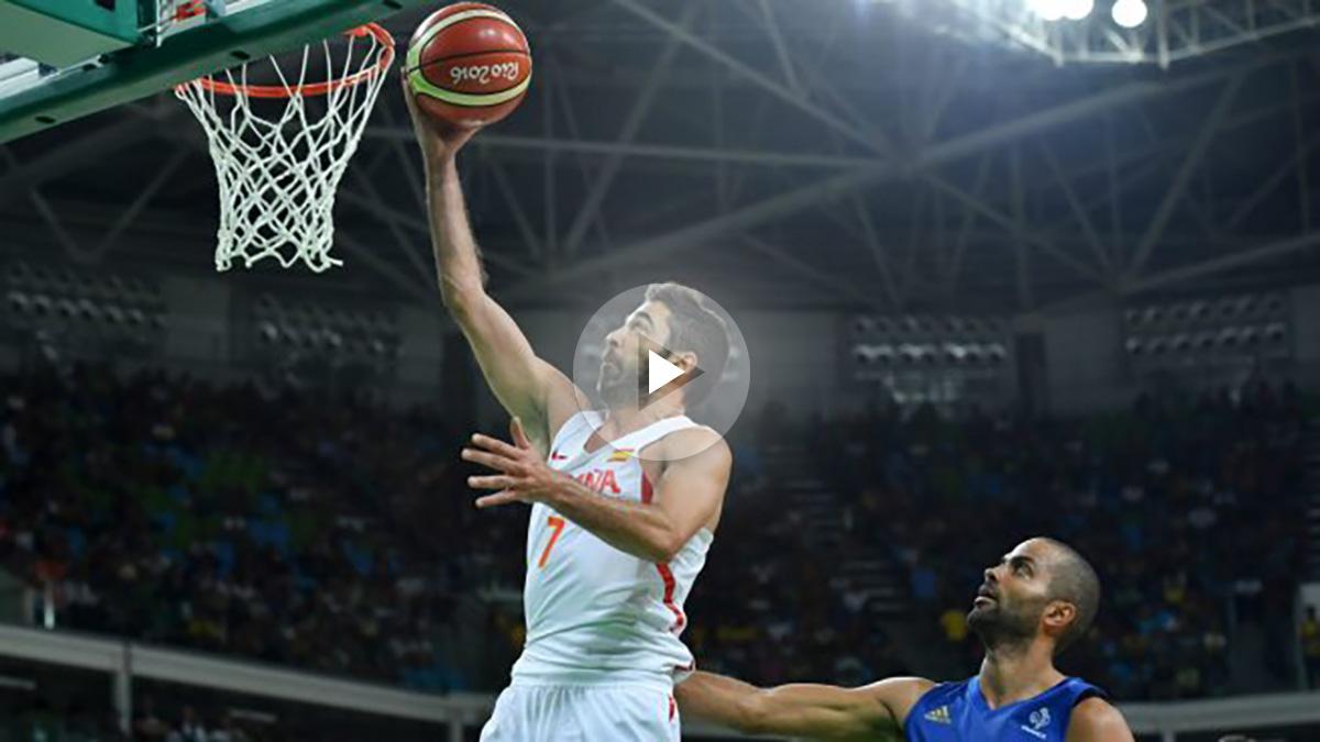 España pasó por encima de Francia como escenifica en esta imagen Navarro sobre Parker. (AFP)