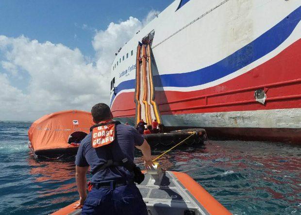La tripulación y el pasaje fueron evacuados por las rampas de emergencia. (Foto: Guardia Costera EEUU)