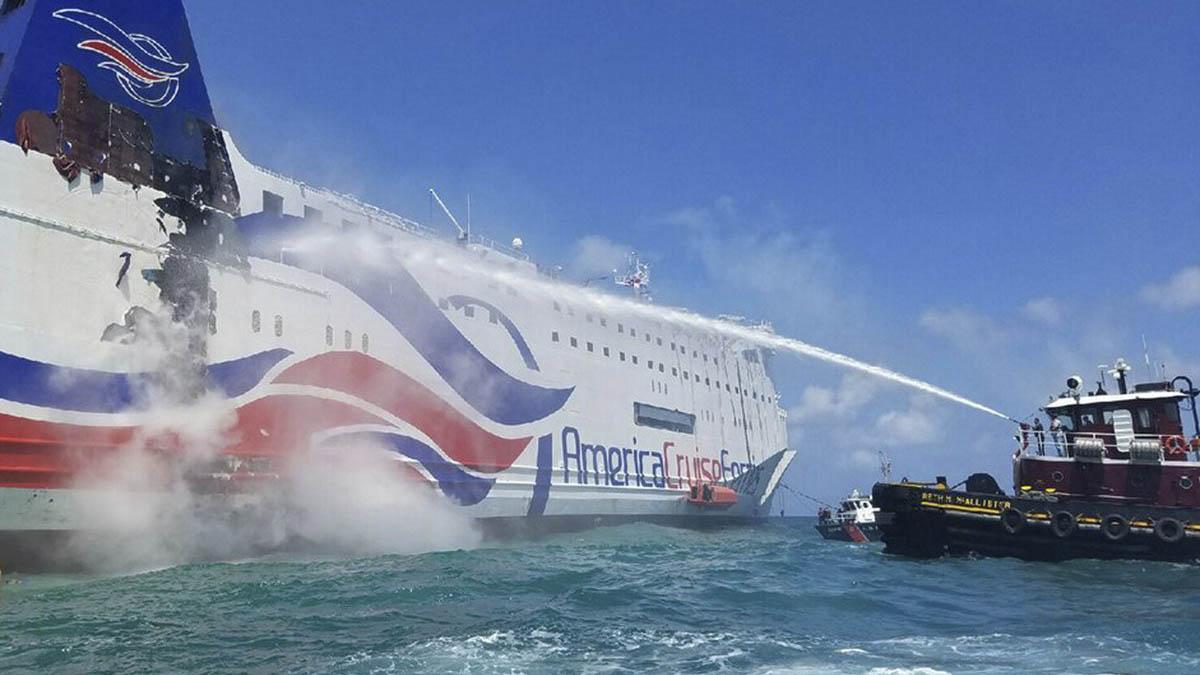 Un barco lanza un chorro a presión para sofocar el incendio. (Foto: Guardia Costera EEUU).