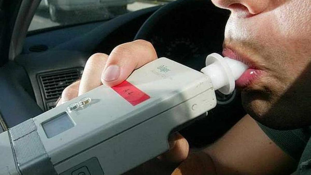 Un conductor se somete a una prueba de alcohol en sangre.