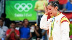 Carolina Marín llora escuchando el himno español en el podio de Río. (AFP)