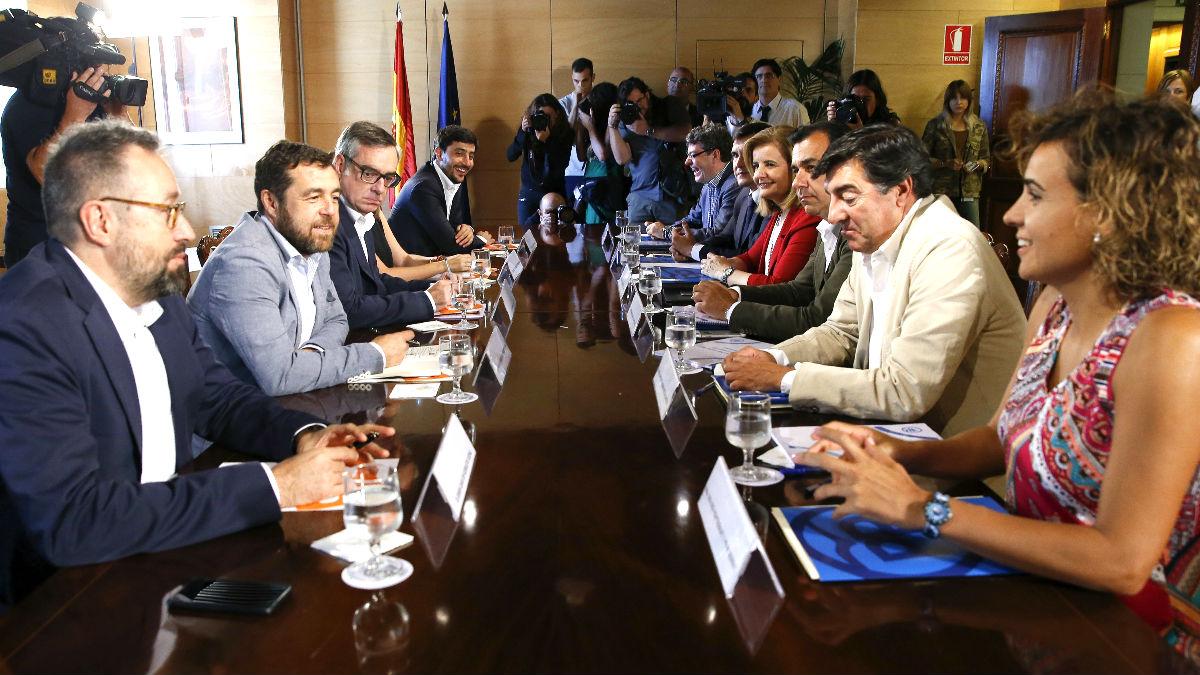 Los equipos negociadores de PP y C´s en su primer encuentro en el Congreso (FTO: EFE)