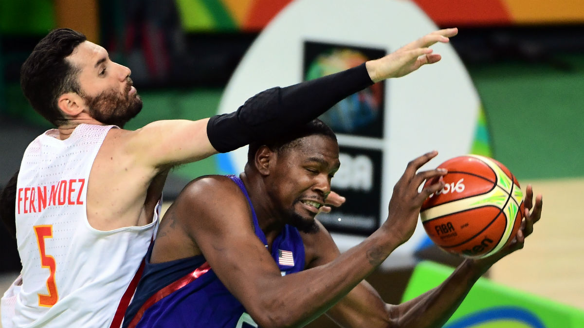 Rudy intenta taponar a Durant. (AFP)