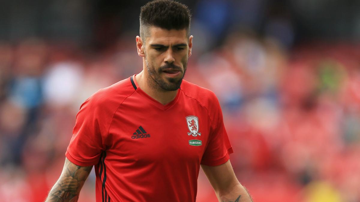 Víctor Valdés calienta con el Middlesbrough