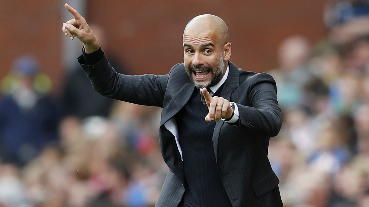 Pep Guardiola da órdenes a sus jugadores