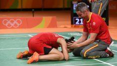Carolina Marín y su entrenador celebran el oro olímpico. (AFP)