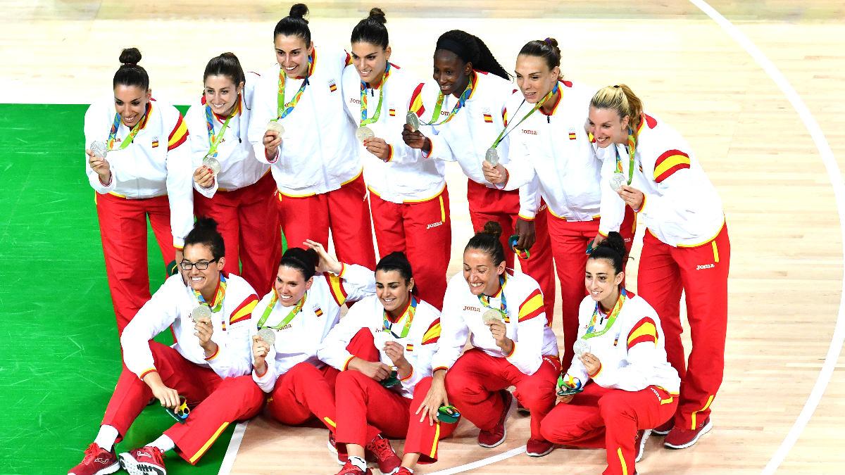 La selección española femenina de baloncesto con la medalla de plata (Foto: AFP).