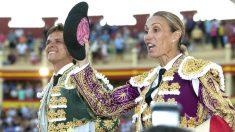 Cristina Sánchez sale a hombros junto a El Juli (Foto: Efe).