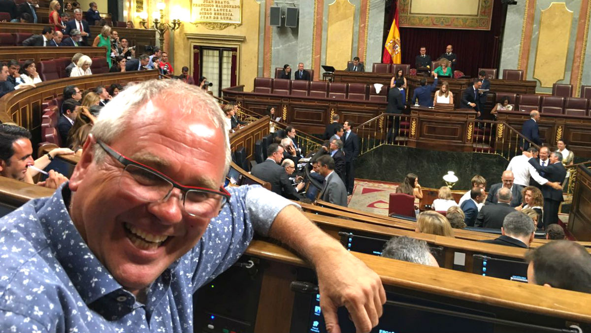 El diputado de Podemos Félix Alonso i Cantorné posa ante el hemiciclo.