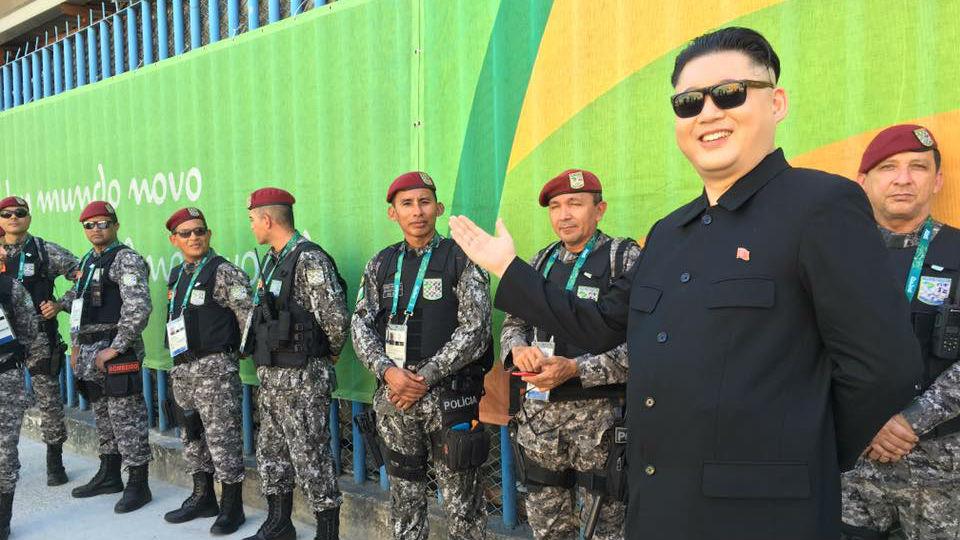 El doble Kim Jong-Un, junto a los militares brasileños en Río.