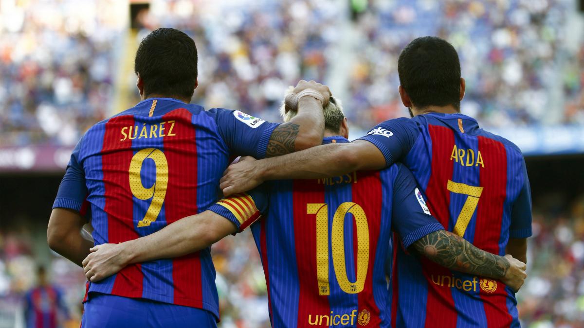 Luis Suárez, Leo Messi y Arda celebran uno de los tantos del Barça ante el Betis