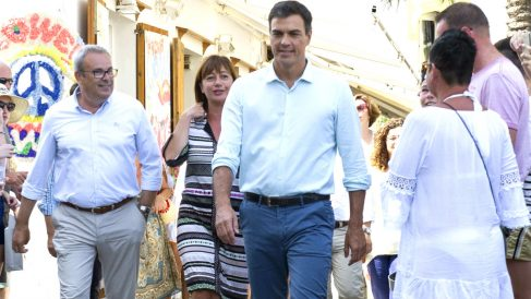 Pedro Sánchez acompañado de la presidenta balear, Francina Armengol.