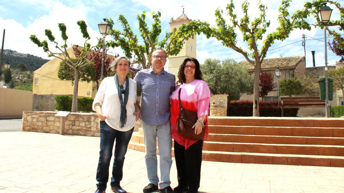 El concejal Sergi Alonso, junto a otras dos representantes de Compromís.