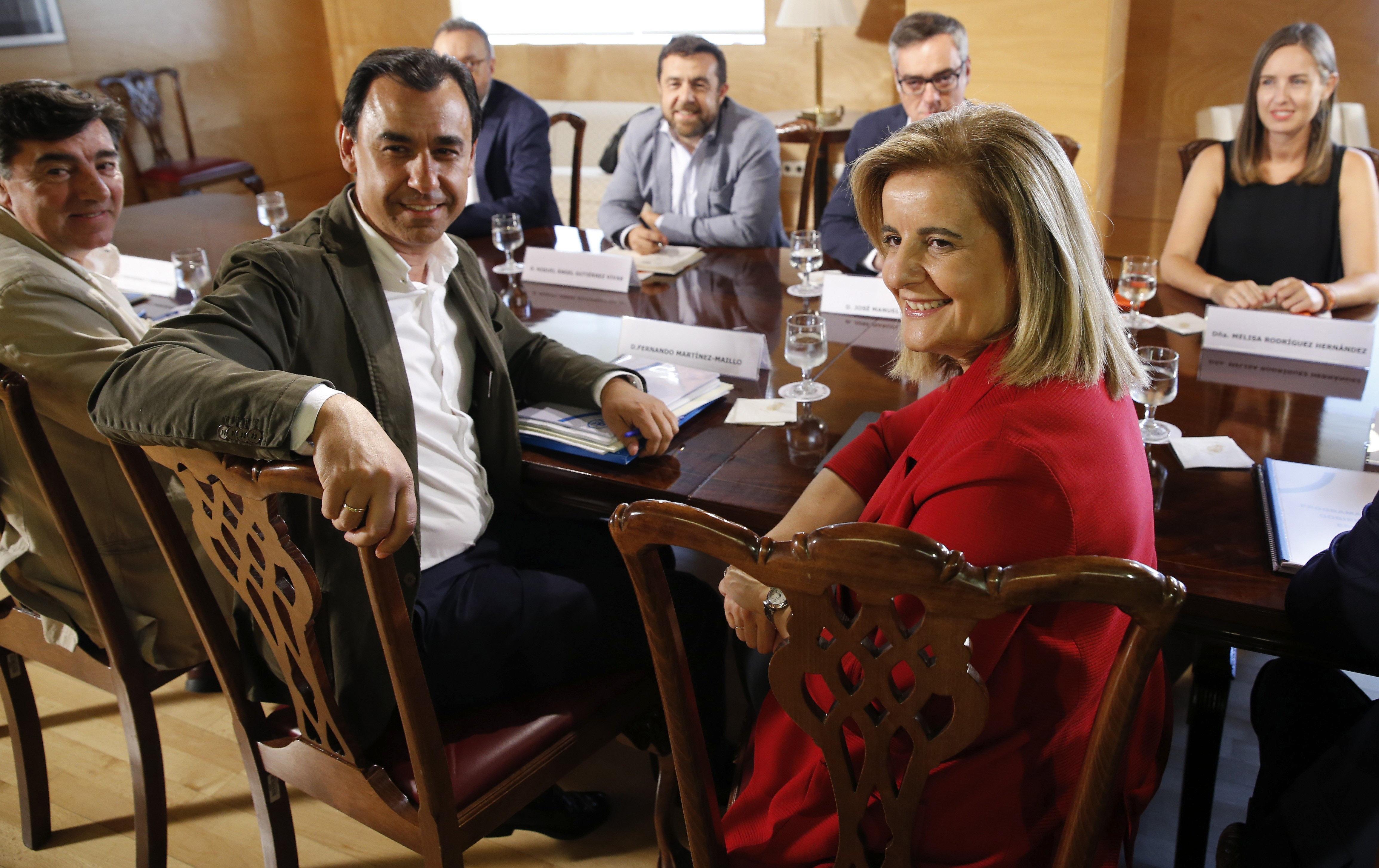 Los equipos negociadores de PP y Ciudadanos, este viernes, en el Congreso.