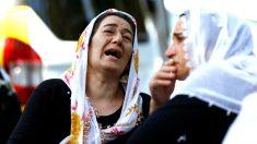 Dos mujeres lloran por las víctimas (Foto: Reuters).