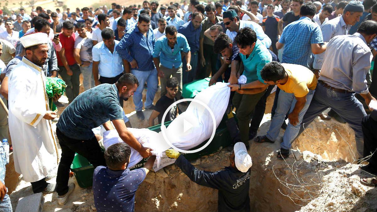 Imagen del rescate de los cadáveres (Fotos: Reuters).