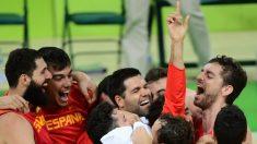 Pau Gasol y España celebran el triunfo ante Australia. (AFP)