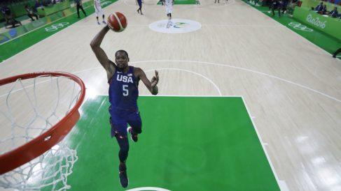Kevin Durant hace un mate a placer en un contragolpe en la final olímpica. (AFP)