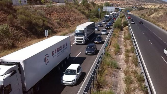 Atascos de más de 20 kilómetros en las carreteras de Madrid y Cataluña marcan la operación retorno
