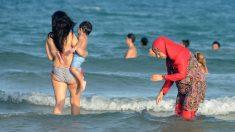Una mujer musulmana se baña vestida con el polémico burkini, o traje de baño que respeta las leyes del pudor impuestas por el Islam. (Foto: AFP)