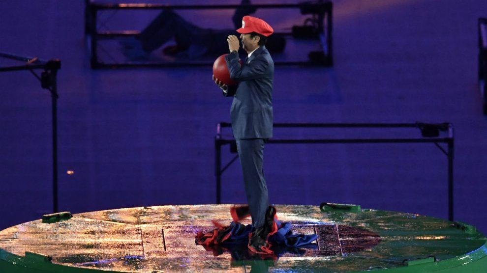 El primer ministro japonés se disfrazó de Super Mario. (AFP)