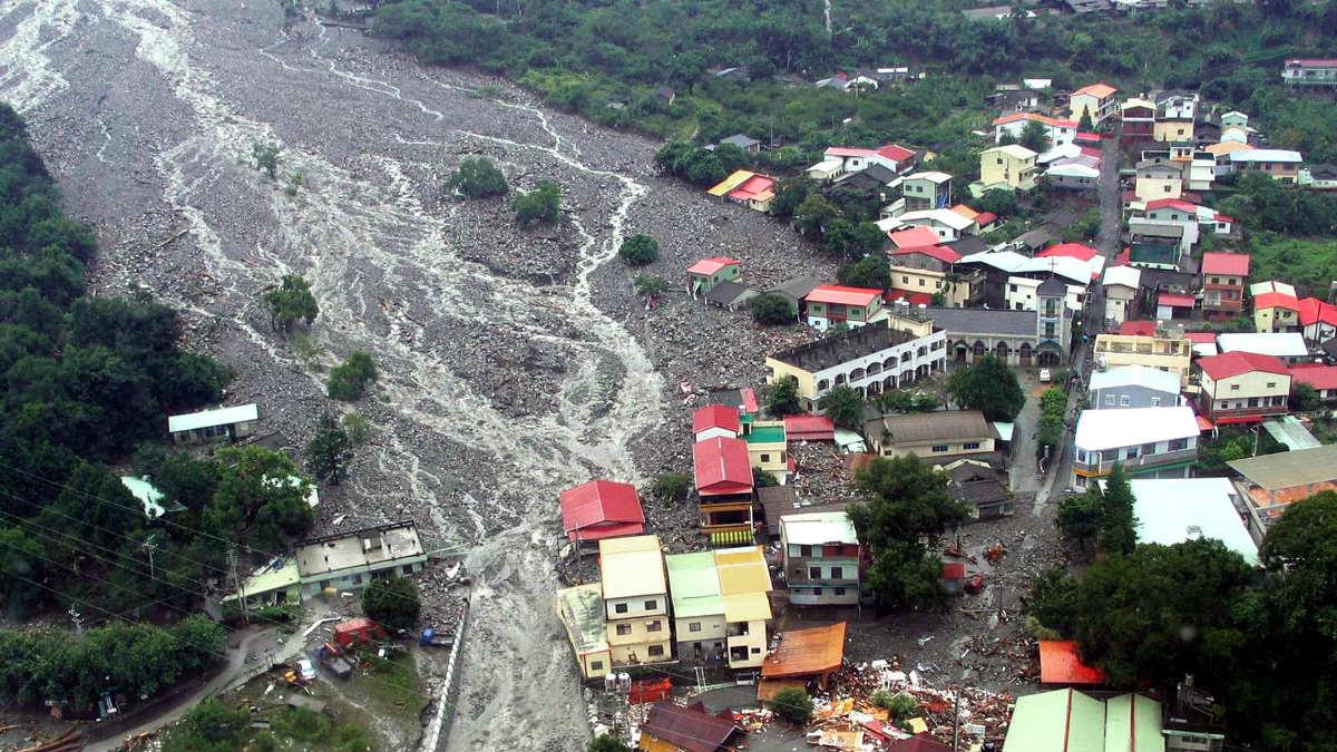 Las crecidas de agua provocadas por el tifón Mindulle han ocasionado innumerables daños. (Foto: AFP)