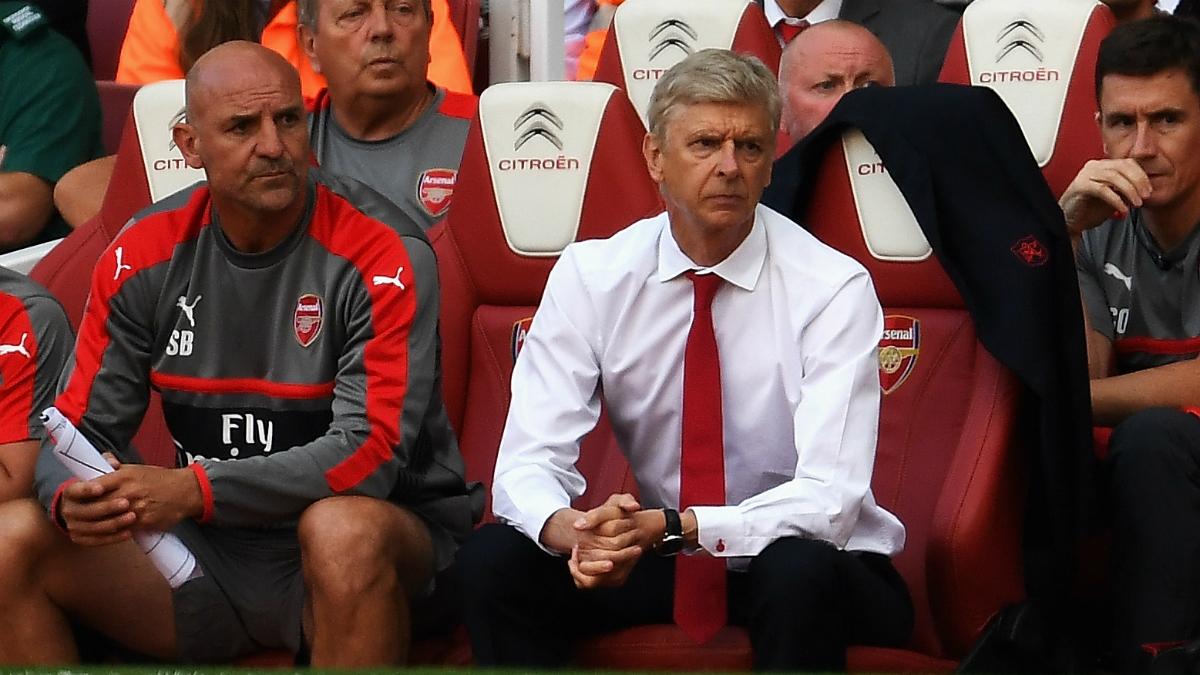 Wenger junto a algunos integrantes de su cuerpo técnico. (Getty Images)