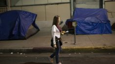 Una voluntaria efectúa labores de conteo para censar a la población indigente que vive en las calles del barrio Skid Row de Los Ángeles, EEUU. (Foto: Getty)